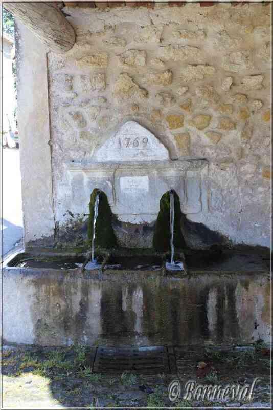 Fontaine et lavoir de la Place Jean Moulin Puyvert Vaucluse