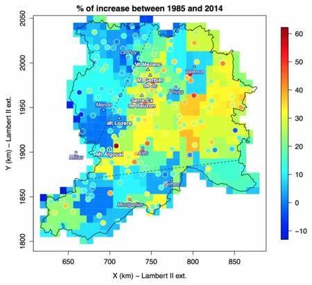 Augmentation relative des maxima annuels de cumuls quotidiens de pluie entre 1985 et 2014 par rapport à la moyenne des maxima de la série, pour les données des pluviomètres (ronds) et pour les données Safran (carrés, échelle de 8x8 km2). Les plus fortes augmentations (jusqu'à 60 %) issues des données ponctuelles des pluviomètres sont observées sur l'arête des Cévennes. Cette tendance connaît néanmoins une forte variabilité entre stations pluviométriques et c'est pourquoi elle apparaît atténuée avec les données Safran. Inversement, dans la vallée du Rhône, cette variabilité entre stations étant plus faible, les augmentations issues des données Safran y atteignent des valeurs relativement fortes (de 20 à 30 %), comparables aux tendances ponctuelles. Une forte variabilité de la tendance est également observée à l'échelle régionale avec une augmentation statistiquement significative de 20 à 60 % des maxima annuels dans la moitié est de la région, incluant la pente des Cévennes et une partie de la vallée du Rhône (délimitée par le V en pointillé), mais sans aucune tendance significative dans le Massif central et le pourtour méditerranéen. © CNRS