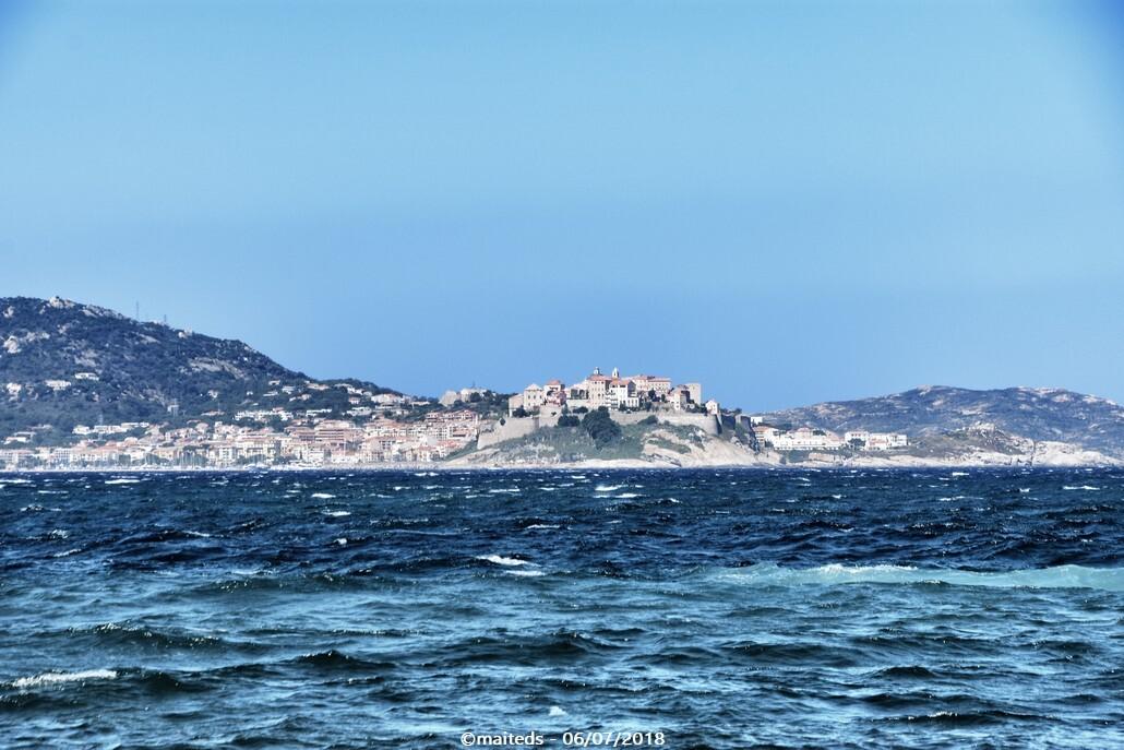 Au loin, Calvi et sa citadelle depuis Lumio - Corse