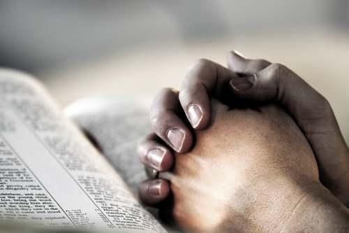 « Quand tu pries, retire-toi au fond de ta maison, ferme la porte, et prie ton Père qui est présent dans le secret »