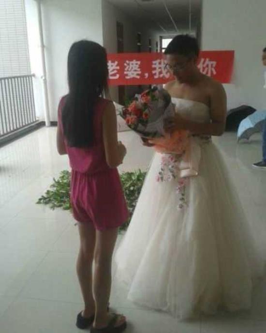 Ce futur marie a fait sa demande en mariage en robe de mariee