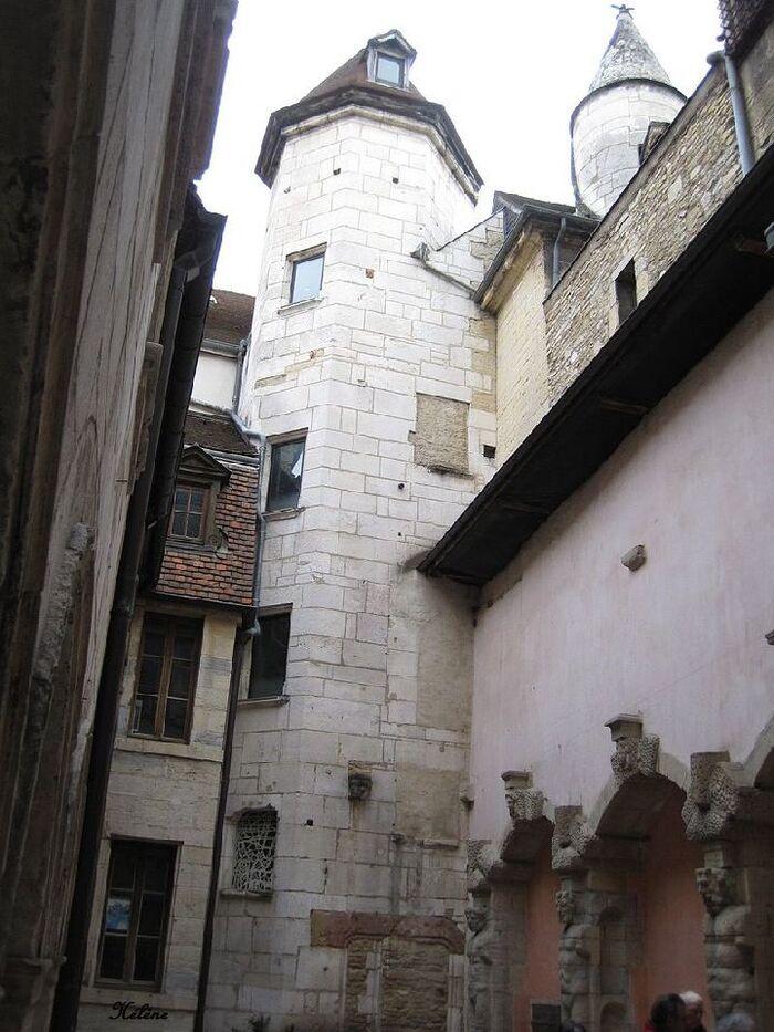 Quelques maisons les plus anciennes de Dijon , la première (La maison aux trois visages)