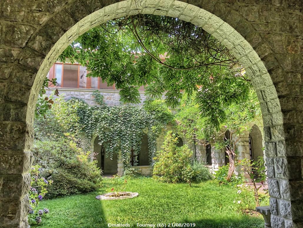 Abbaye de Tournay 65)