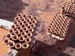 Les poteries sèchent en attendant d'aller au four