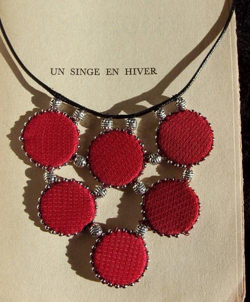 Collier cousu main en tissus rouge bordeaux et chaînes à billes