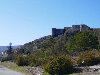 En quittant le village, vue sur le château