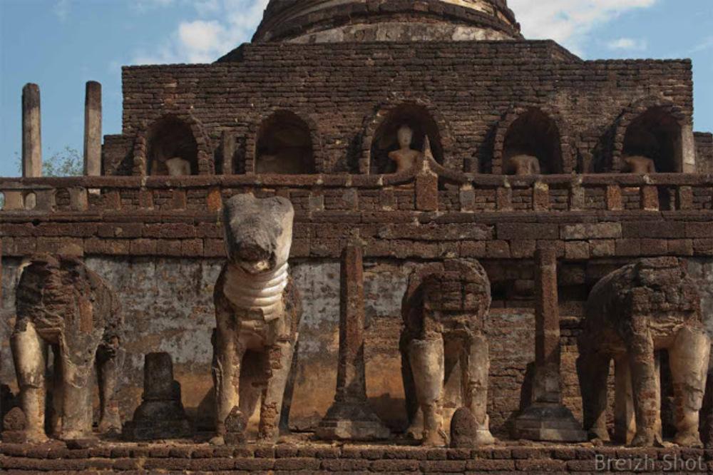 Wat Chang Lom, Le chedi aux éléphants -  Les éléphants et les niches des bouddhas assis