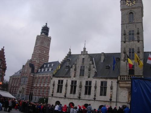 Carnaval, foule devant l'Hôtel de Ville et le Palais de Justice