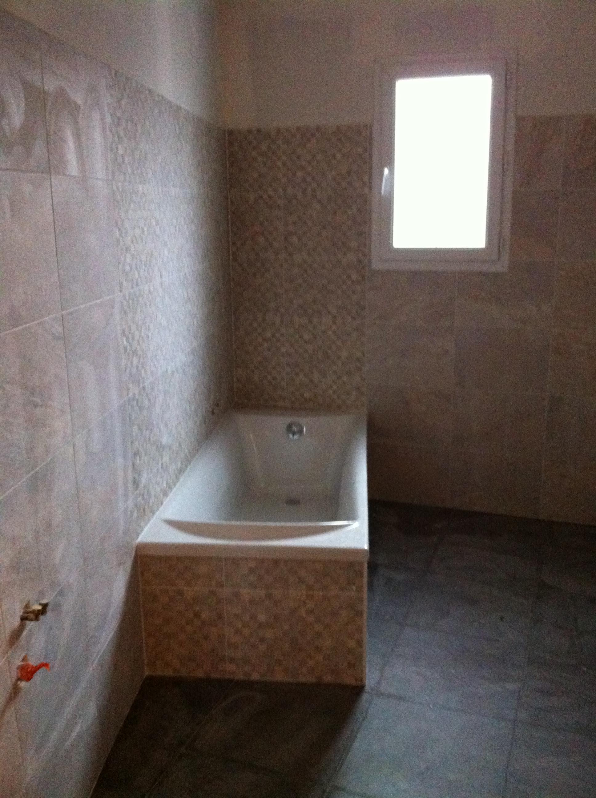 Pose de la faience de salle de bain la maison des loulous - Poser de la faience ...