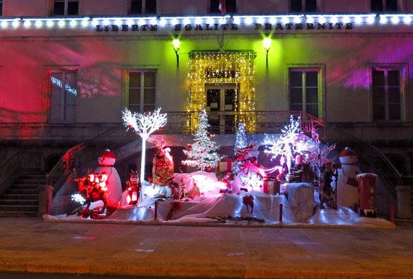 Un merveilleux décor a été érigé pour les fêtes de fin d'année, devant la Mairie de Châtillon sur Seine...