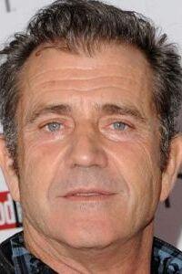 Mel Gibson est un acteur, réalisateur, scénariste et producteur américain né le 3 janvier 1956 à Peekskill (État de New York).  Il devient célèbre en tenant le rôle-titre de Mad Max et prend place parmi les acteurs les mieux payés d'Hollywood en tenant la vedette de L'Arme fatale. Grâce à l'énorme succès de ces deux sagas, il fonde sa propre société Icon Productions, qui lui permet de produire et de réaliser ses propres films comme Braveheart (dans lequel il joue et pour lequel il remporte l'Oscar du meilleur réalisateur et celui du meilleur film en 1996) et La Passion du Christ qui lance une vive polémique en 2004.  En 1985, Mel Gibson est le premier acteur à être élu l'« homme le plus sexy du monde » par le magazine People. Au total, les films dans lesquels il a joués (et/ou qu'il a réalisé) ont rapporté 2 milliards de dollars aux États-Unis et 5 milliards de dollars dans le monde, ce qui le place parmi les acteurs les plus rentables de l'histoire du cinéma.