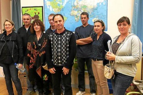Sébastien Giraud (au centre) entouré des membres du bureau de l'Apel de l'école Saint-Jean.