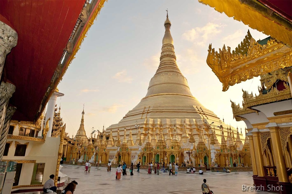 Shwedagon - animation devant le stupa central