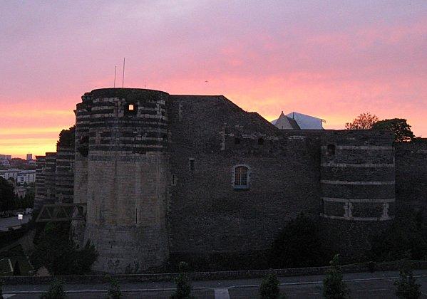 soleil couchant sur le château d'Angers