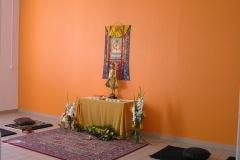 Salle de méditation pour l'occasion fleurie par Didier Chapel de Florescola Colloque chrétiens-bouddhistes au CTM avec Drukpa Grenoble 2015