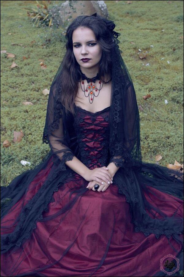 Dames goths en rouge et noir