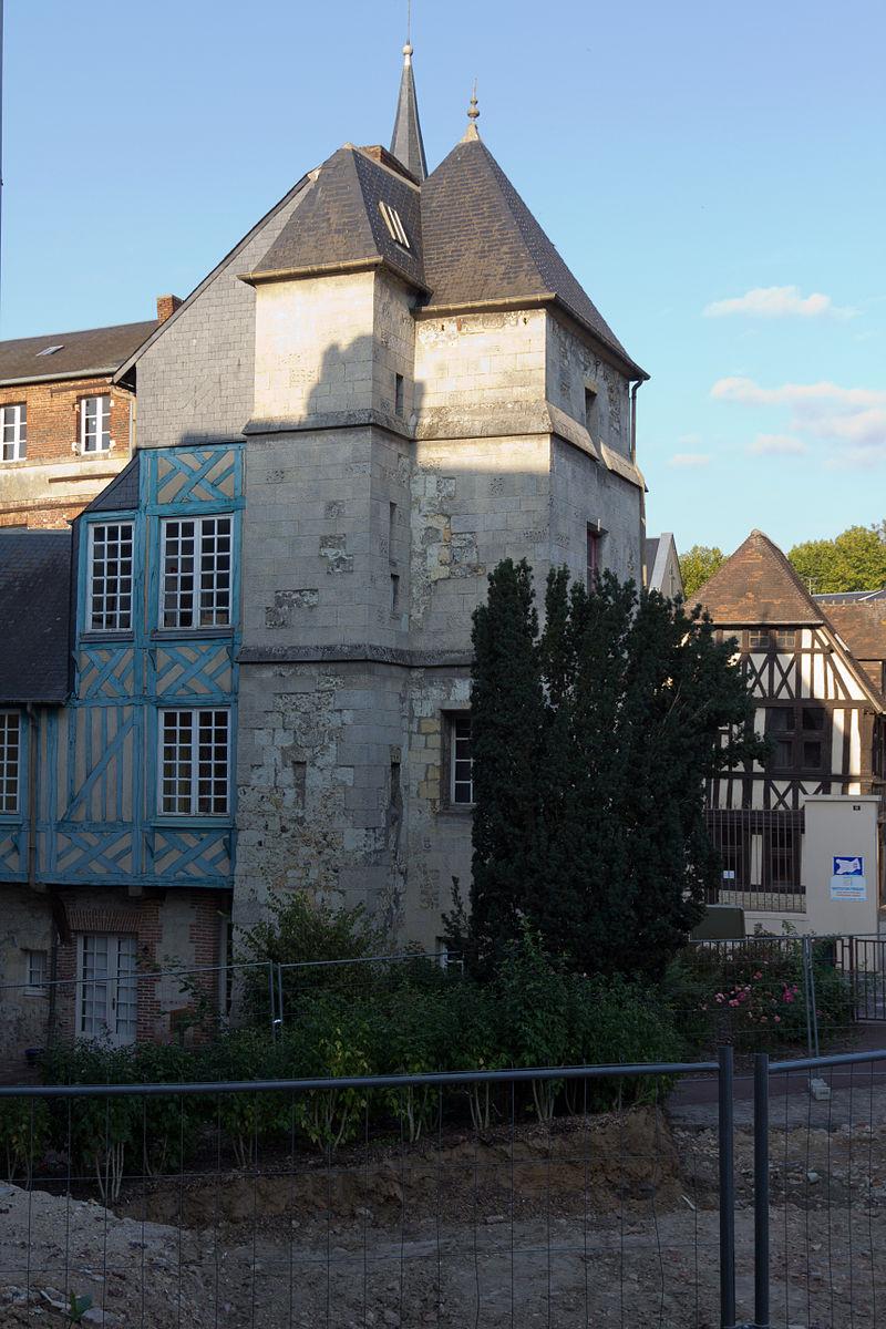Vue ouest de la tour carrée (Lisieux, Calvados, France).jpg