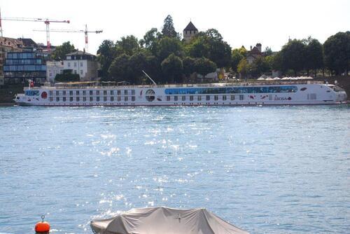 Un bateau de croisière à quai