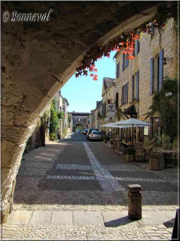 Monpazier Dordogne couverts et au bout de la rue une autre porte de la Bastide