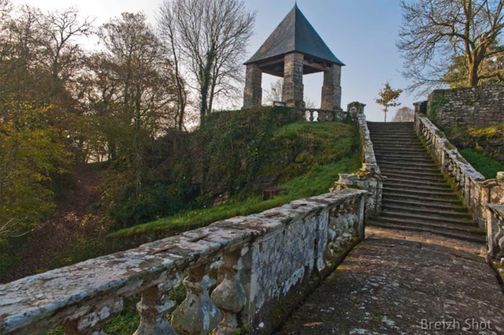 Faouët :  Escalier et campanile sainte Barbe