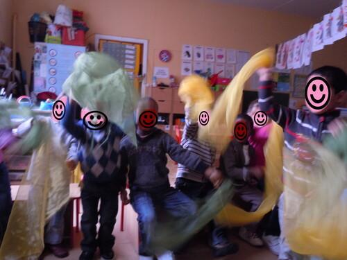Danse avec les foulards, en classe chez Christine