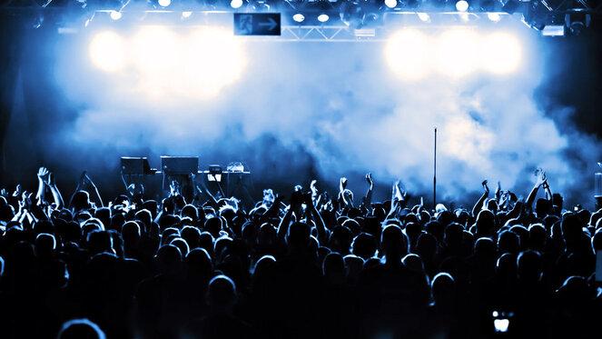 Concert, fumée, stade, applaudissements de l'auditoire, l'obscurité, la foule Wallpaper