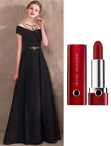 robe de soirée noire longue orné de strass et rouge à lèvres teint moyen