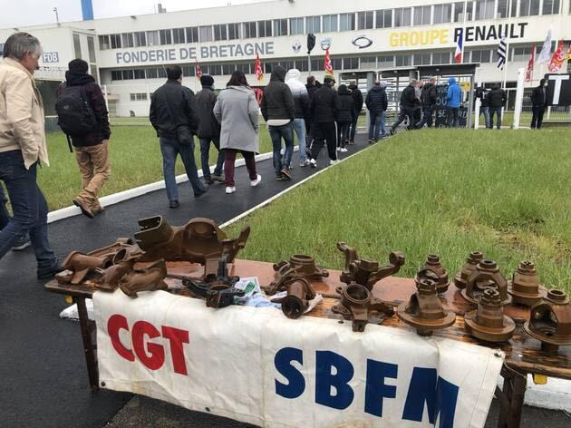 Les salariés fondeurs se rendant mardi 4mai à l'assemblée générale quotidienne. L'activité reste bloquée à Caudan.