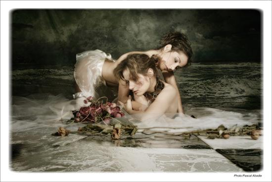 mon amour deux femmes nues lesbiennes collier soumise roses