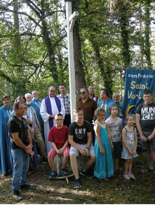 La bénédiction de la croix du Mont Roussillon