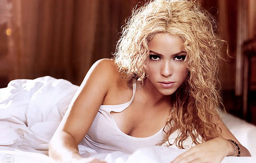 Shakira sexy au lit
