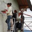 Réalisation d'un enduit de façade à la chaux, sur une maison isolée en paille