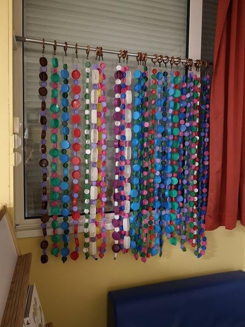 Le rideau de la classe 2e année: il se fournit un peu plus