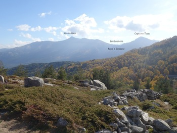 Vue vers le Sud. Derrière la Bocca a Stazzona, il y a le lac de Nino et la vallée du Tavignano. Au loin, on devine la chaîne du Lombarduccio qui domine la vallée de la Restonica.
