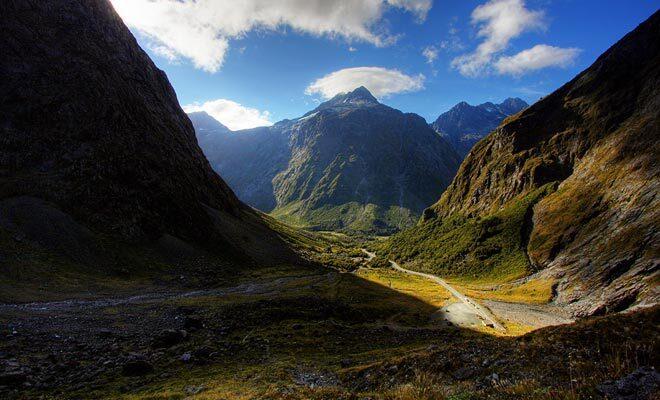 Tolkien ne connaissait pas la Nouvelle-Zélande et il s'était inspiré de ses voyages en Suisse pour imaginer l'univers du Seigneur des anneaux. Il suffit cependant d'observer les paysages néo-zélandais pour retrouver l'atmosphère des livres.