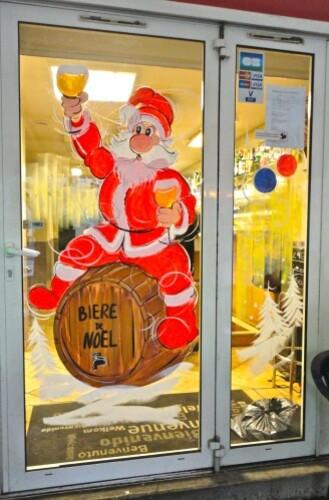 Père Noël en vitrine tonneau