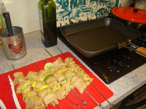 Recettes de brochettes de blanc de poulet au citron vert et épices.