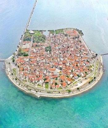 Une île-ville entre le ciel et l'eau ...