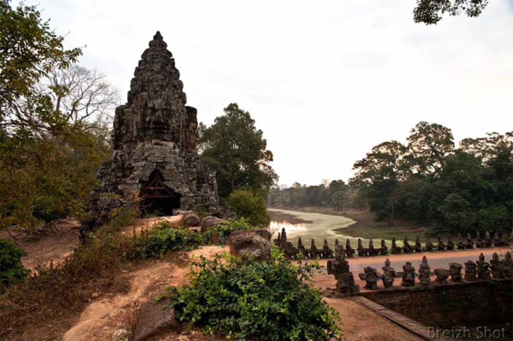 Angkor Thom,  la douve vue de la porte Sud