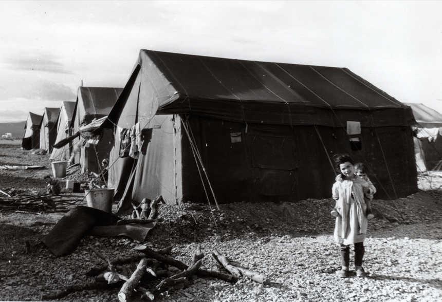 Une fille harkie devant une tente militaire dans le camp en 1962  - Aucun(e)