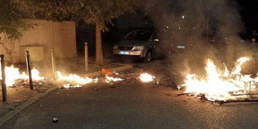 Des matelas en feu sur la chaussée pour bloquer l'entrée dans la cité. DR