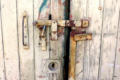 Une vieille porte décorée