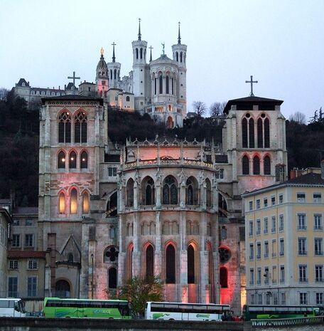 Chevet de la cathédrale. En arrière-plan, au sommet de la colline, la basilique Notre-Dame-de-Fourvière