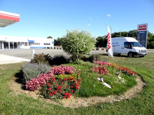 La station Avia, route de Troyes est  toujours très bien fleurie...