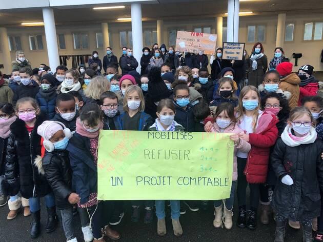 Ce lundi 15février 2021, une vingtaine de parents ont manifesté contre le projet de fermeture de 54 classes dans le Finistère en septembre prochain, dont une aux Quatre-Moulins.