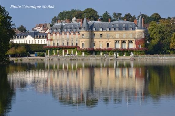 Le château de Rambouillet vu des canaux