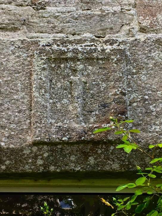 Peut être une image de mur de briques, arbre et plein air