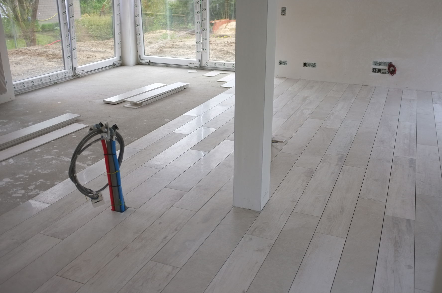 Pose du carrelage construction d 39 une maison thomas et piron - Pose carrelage imitation parquet ...