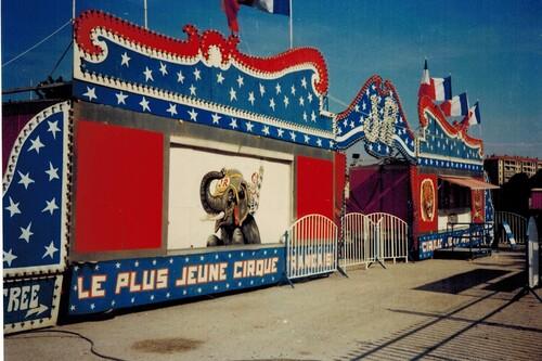 deux décos de façade du cirque Jean Richard différentes