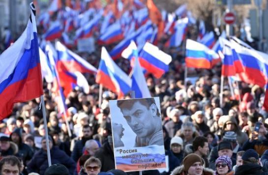 Des partisans de l'opposant russe assassiné Boris Nemtsov participent à une marche en son hommage, un an après sa mort, le 27 février 2016 à Moscou